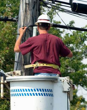 接线员正在窃听电话线路